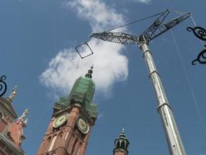 Demontaż hełmu z wieży Ratusza Głównego Miasta w Gdańsku.