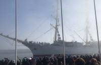 Dar Młodzieży dopływa do nabrzeża w Gdyni