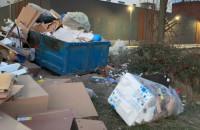 Mnóstwo śmieci w okolicy Bastionu Wałowa w Gdańsku