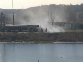 Kierowca autobusu gasi pożar trawy