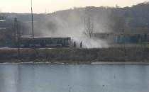 Kierowca autobusu gasi pożar trawy na...