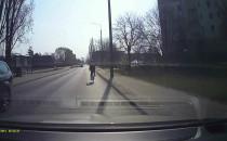 Rowerzysta jedzie ulicą obok ścieżki...