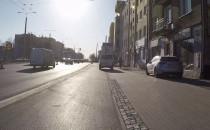 Samochód jedzie chodnikiem i ścieżką rowerową