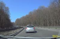 Kierowca celowo przyhamowuje przed innym autem