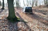 Samochód zagrożeniem dla pieszych w lesie