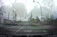 Taksówkarz przejeżdża na czerwonym świetle