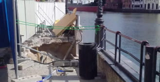 Uszkodzone nabrzeże Motławy na wysokości bramy św. Ducha