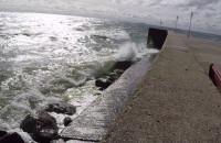 Burzliwe fale przy Bulwarze Nadmorskim w Gdyni