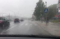Silne opady deszczu, woda na Kartuskiej już stoi