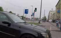 Mercedesem na czerwonym