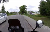 Kierowca peugeota jedzie po chodniku