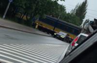 Samochód uwięziony na przejeździe kolejowym na Puckiej