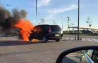 Płonie auto na parkingu Decathlonu