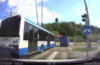 Kierowca autobusu przycina na zakręcie