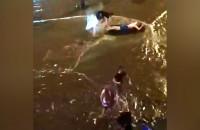 Pływanie na materacu po zalanej ulicy