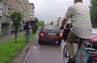 Samochodem po chodniku i drodze rowerowej