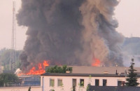 Pożar hali produkcyjnej
