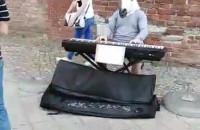 Człowiek koń gra dzisiaj na keyboardzie