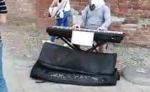 Czlowiek kon gra dzisiaj na flecie