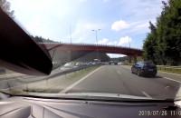 Skutki kolizji auta z przyczepą na obwodnicy
