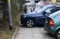 BMW zaparkowane na całej szerokości chodnika