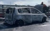 Zablokowany pas po pożarze samochodu na...