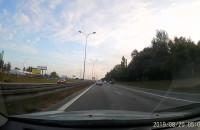 Kierowca BMW wyprzedza w niedozwolony sposób