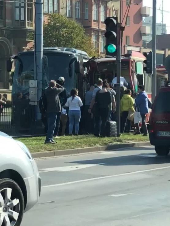 Skutki wypadku autokaru i tramwaju