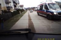 Karetka eskortująca samochód osobowy - ujęcie z tylnej kamery