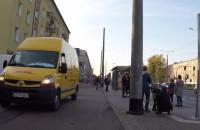 Kurier jedzie po chodniku i drodze rowerowej