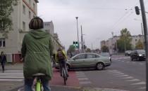 Na czerwonym prosto w pieszych i rowerzystów