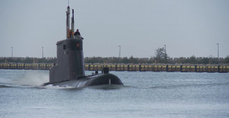 Okręt podwodny ORP Bielik wchodzi do Stoczni Remontowej