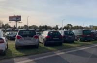 Setki aut przy cmentarzu Łostowickim