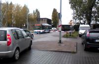 Autobus miejski utknął na przejeździe kolejowym