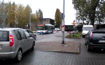 Autobus miejski utknął na przejeździe...