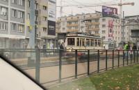 Zabytkowy tramwaj jedzie przez Wrzeszcz