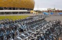 Kilkaset rowerów Mevo pod chmurką w Letnicy