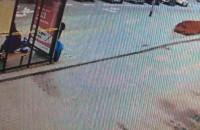Zostawił opony obok przystanku autobusowego