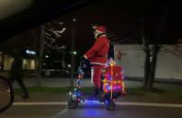 Mikołaj pomyka na elektrycznej hulajnodze