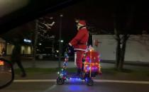 Święty Mikołaj pogina na hulajnodze