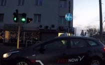 Taksówkarz trzyma poziom