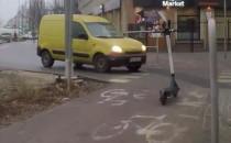 Hulajnogi na środku drogi