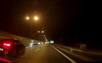 Auto blokuje lewy pas, ale wyprzedzić się...