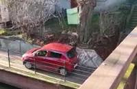 Auto na chodniku przy Raduni na wysokości Zaroślaka