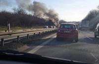 Płonący samochód na obwodnicy