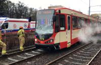 Skutki zderzenia tramwaju z dostawczakiem