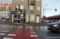 Samochód przejeżdża przez pasy na czerwonym