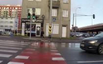 Auto przejeżdża przez przejście na czerwonym