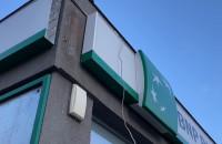 Wyrwana reklama banku w Gdyni