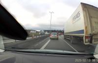Zderzenie dwóch ciężarówek na zjeździe z obwodnicy
